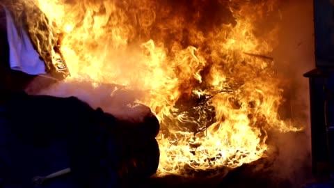 vídeos de stock e filmes b-roll de fire - chama