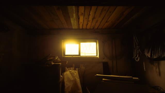 vídeos de stock e filmes b-roll de fire yellow sunset light from the window to the dark empty building - fundo oficina