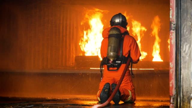 vídeos y material grabado en eventos de stock de lucha contra una operación de fuego, spray de espuma por boquilla de alta presión para camión de bomberos contra incendios después del accidente - brigada