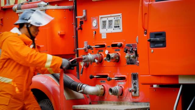 brandmän i aktion som arbetar med utrustning på brandbil - värmepump bildbanksvideor och videomaterial från bakom kulisserna