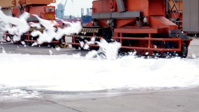 vigili del fuoco con schiuma antincendio - gommapiuma video stock e b–roll