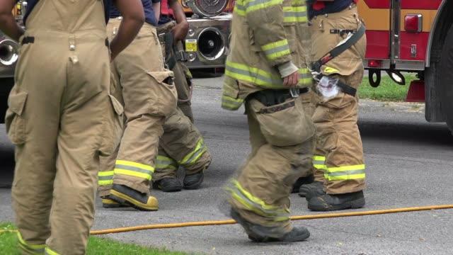 vidéos et rushes de pompiers, de emt, emergeny réponse - bottes