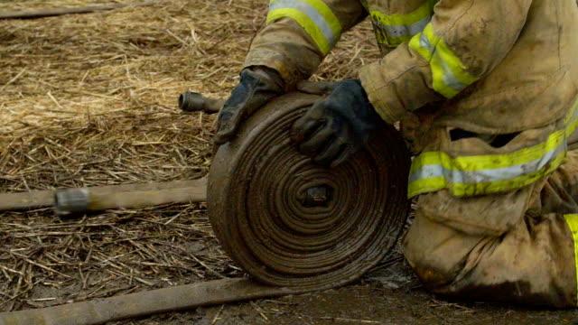 пожарный обертывания вверх пожарный шланг - tap water стоковые видео и кадры b-roll