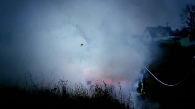 i vigili del fuoco di estinzione incendi - gommapiuma video stock e b–roll