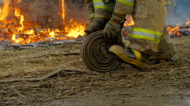 vidéos et rushes de pompiers retroussez tuyaux - bottes