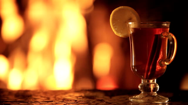 fireplace and hot drink - {{asset.href}} 個影片檔及 b 捲影像