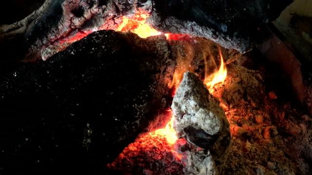 vídeos de stock e filmes b-roll de fireplace fire, fire burning, burning wood fire, romantic wood fire - burned oven