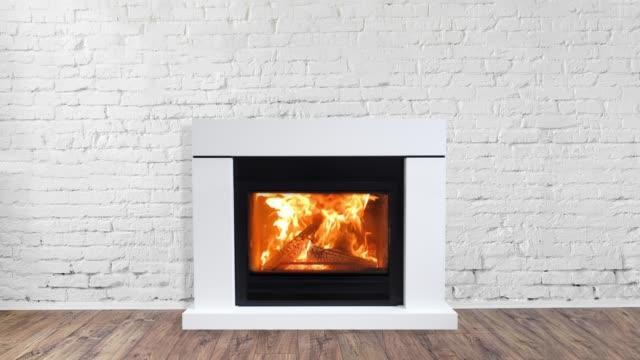 vídeos de stock e filmes b-roll de fireplace in bright empty living room interior of house - obras em casa janelas