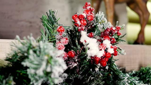 noel veya yeni yıl için dekore edilmiş evde şömine. 4k - süslü püslü stok videoları ve detay görüntü çekimi