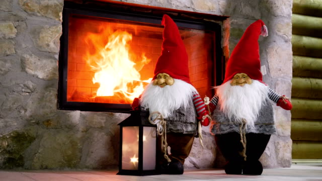vídeos de stock e filmes b-roll de fireplace in house decorated for christmas or new year. 4k - burned oven