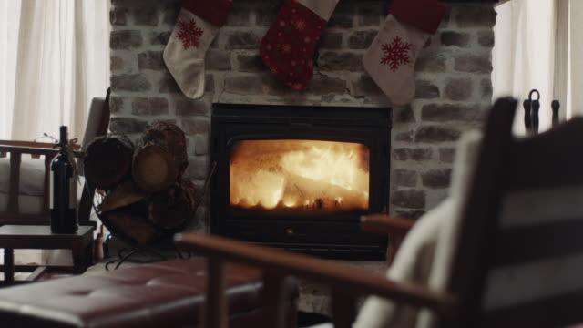 stockvideo's en b-roll-footage met open haard - christmas cabin