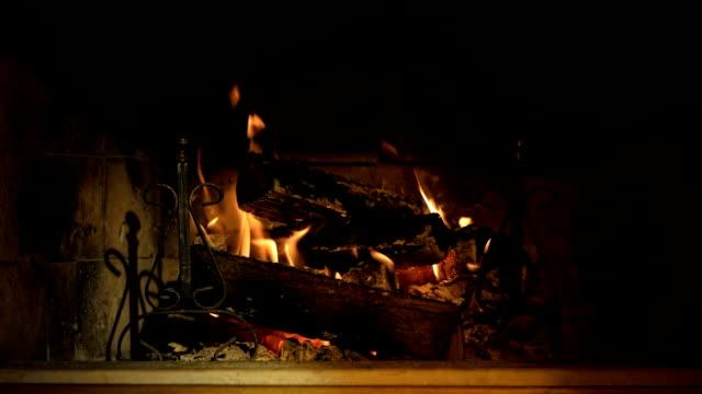 stockvideo's en b-roll-footage met hd: fireplace - christmas cabin