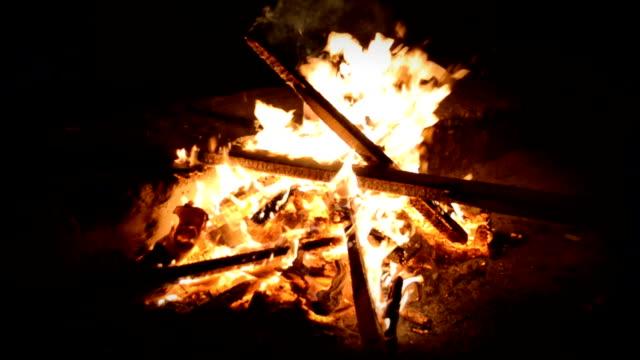 Ahşap yangın, koyu arka plan ile fırın içine kükreyen ile şömine video