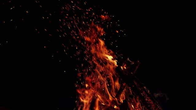 akşam bir kamp ateşinde yanan slo mo ld yakacak odun - şenlik ateşi stok videoları ve detay görüntü çekimi