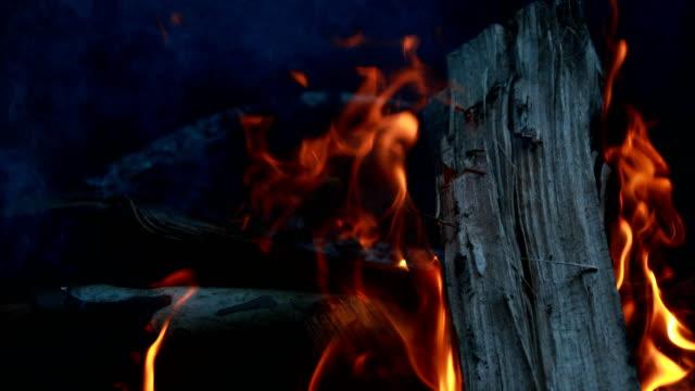 yakacak odun - şömine odunu stok videoları ve detay görüntü çekimi