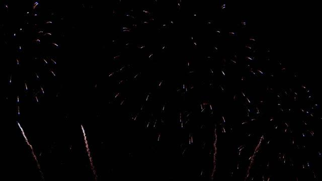 4k firework display at night - fourth of july стоковые видео и кадры b-roll