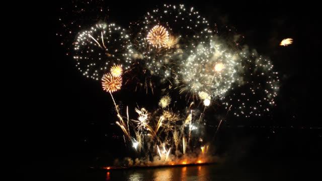 4k firework display at night - happy 4th of july filmów i materiałów b-roll