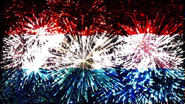 vídeos de stock, filmes e b-roll de exibição de fogos de artifício bandeira do luxemburgo - moda parisiense