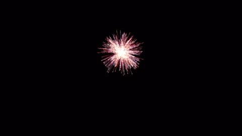 vídeos y material grabado en eventos de stock de explosión de fuegos artificiales - recortable