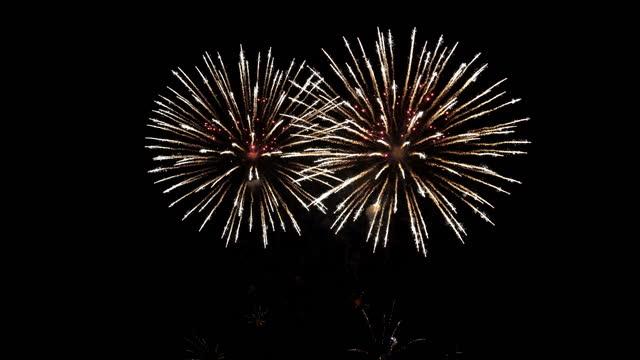 4k фейерверк в ночном небе - fireworks стоковые видео и кадры b-roll