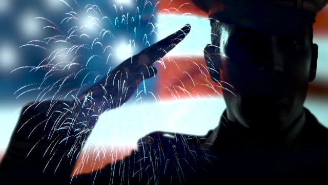 fireworks military salute, usa flag independence, solider silhouettea - luglio video stock e b–roll