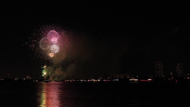 Feuerwerk in der Nähe des Flusses Edogawabashi im Tokioter Copyspace – Video