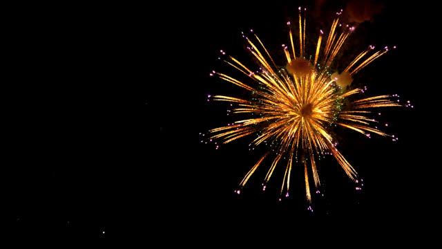 фейерверки в ночное небо - fireworks стоковые видео и кадры b-roll