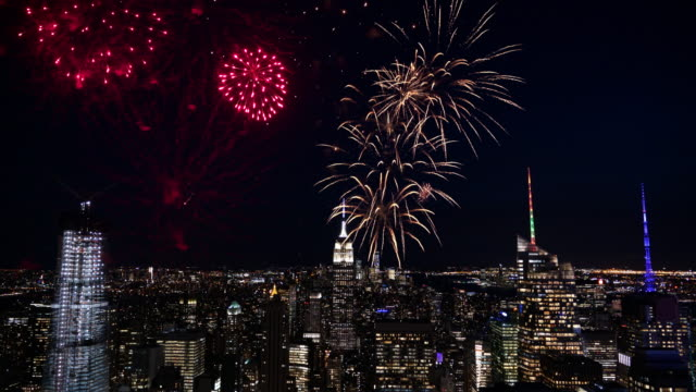 4k: fireworks over new york / manhattan city skyline - independence day stock videos & royalty-free footage