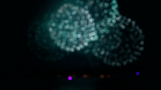 fireworks show at blurred focus as background horizonta composition - vídeo