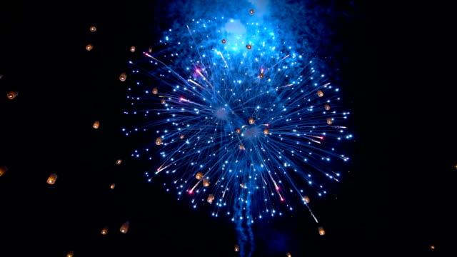 slo mo фейерверк с плавающими китайскими фонарями sky yee пэн фестиваль, лой кра стринги в чиангмай, таиланд - китайский фонарь стоковые видео и кадры b-roll