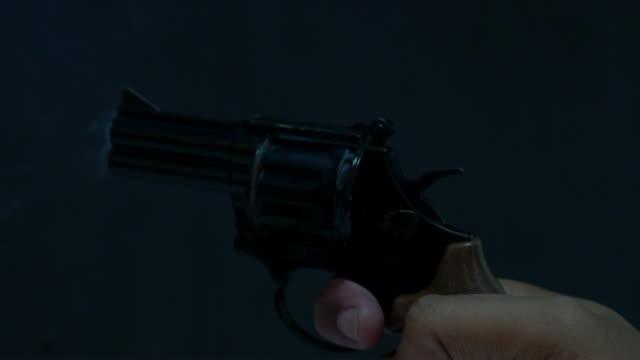 firing a starters pistol - стрелять стоковые видео и кадры b-roll