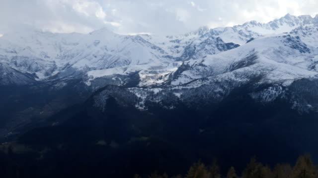 vidéos et rushes de première personne en perspective marchant sur le bluff rocheux pour admirer la vue sur la montagne moody - évasion du réel