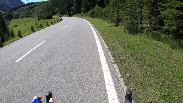 vidéos et rushes de tir à la première personne d'un cycliste sur une route en suisse - évasion du réel