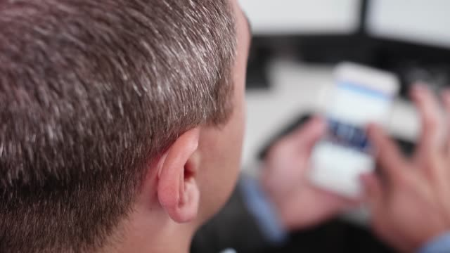 事業者はスマート フォンのソーシャル メディアをスクロールの最初の人ビュー - 後方点の映像素材/bロール