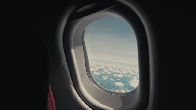 1인칭 시점입니다. 하늘에 항공기. 비행기의 창 이나 현관 외부 구름입니다. 구름의 전망과 함께 큰 높이에서 비행기 날개. - airplane seat 스톡 비디오 및 b-롤 화면