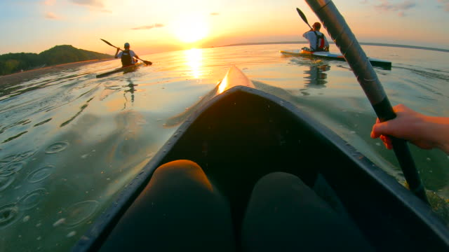 vidéos et rushes de vue à la première personne du canotage à travers le lac - kayak