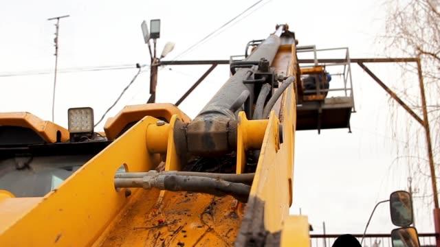 första persons vy gul kran lyft en elektriker gör sitt jobb att reparera elektriska ledningar. - skylift bildbanksvideor och videomaterial från bakom kulisserna