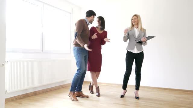 vídeos y material grabado en eventos de stock de compradores de primera vivienda - propiedad inmobiliaria