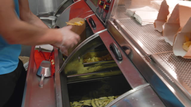 stockvideo's en b-roll-footage met fish and chips winkel close-up - oil kitchen