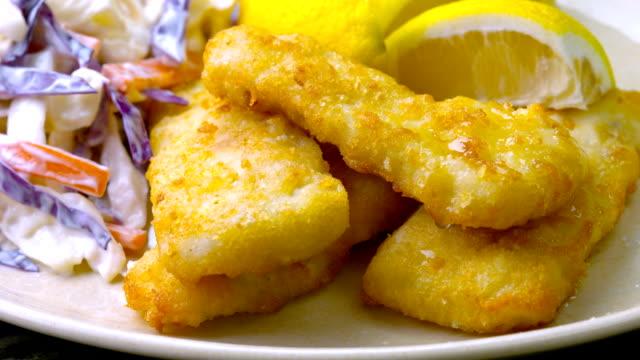 vídeos y material grabado en eventos de stock de fish and chips - frito