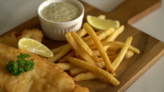 vídeos de stock e filmes b-roll de fish and chips with french fries - cod