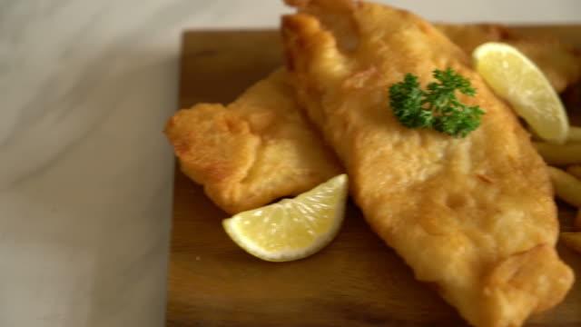 vidéos et rushes de poisson et frites avec des frites de français - aliment frit