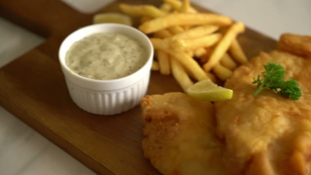 fish and chips with french fries - vídeo