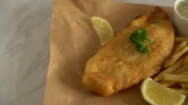 рыба и чипсы с картофелем фри - white background стоковые видео и кадры b-roll