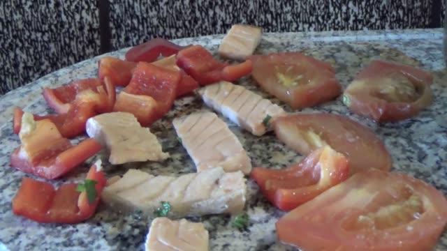vidéos et rushes de poissons et légumes frits dans la pierre - raclette