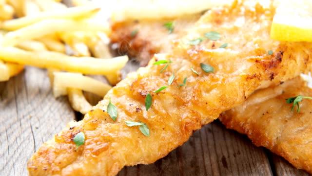 vidéos et rushes de filet de poisson avec frites français - aliment frit