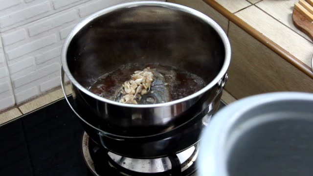 fish fried in pot video
