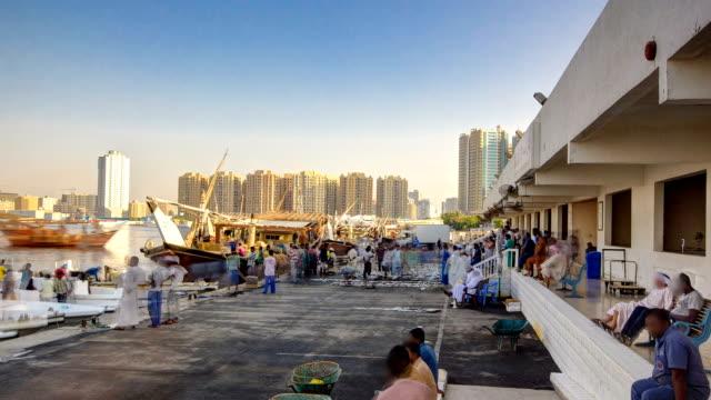 mercato del pesce di ajman emirato di time-lapse. emirati arabi uniti - souk video stock e b–roll