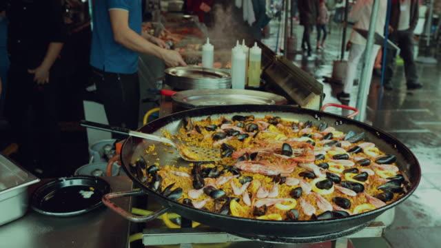 vídeos y material grabado en eventos de stock de mercado de pescado de bergen: cocinar mariscos - bergen