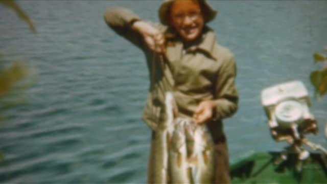 fische am haken den 1940 er jahren - angelhaken stock-videos und b-roll-filmmaterial